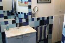 con profondo armadio a muro per spazio lavatrice, detersivi e asciugamano.